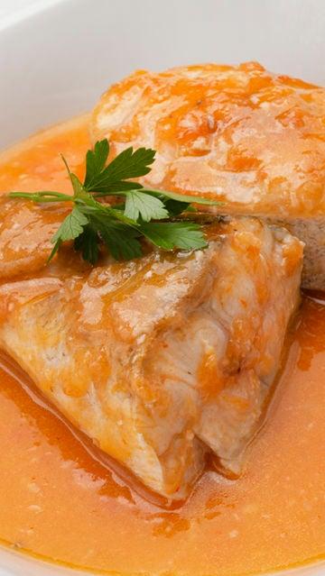 Fogonero con salsa de tomate y pimiento