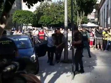 """El autor confeso del crimen machista de Valga pasa a disposición judicial entre gritos de """"asesino, hijo de puta"""""""