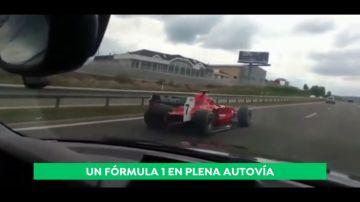 Lo nunca visto en la carretera: ¡un Fórmula 1 le adelanta en plena autovía!