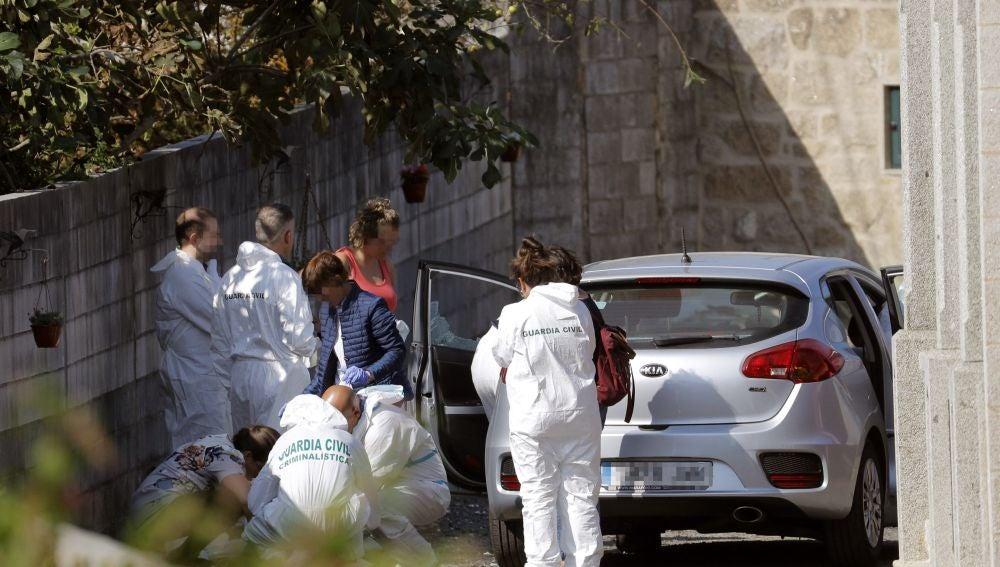 Agentes de la Policía Judicial en la vivienda donde se cometió este lunes un triple crimen