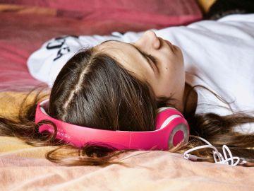 Adolescente escuchando música