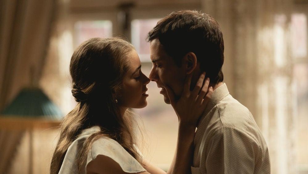 Carolina, llena de felicidad, besa a Pablo en los labios