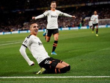 Rodrigo celebra un gol en Stamford Bridge