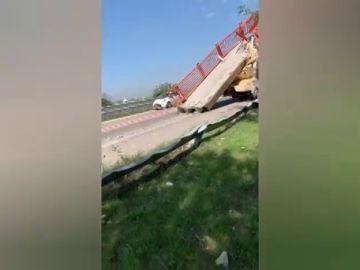 Un camión grúa se lleva por delante una pasarela peatonal de hormigón en Valencia