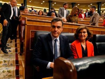 Pedro Sánchez junto a Carmen Calvo en la sesión de control al Gobierno