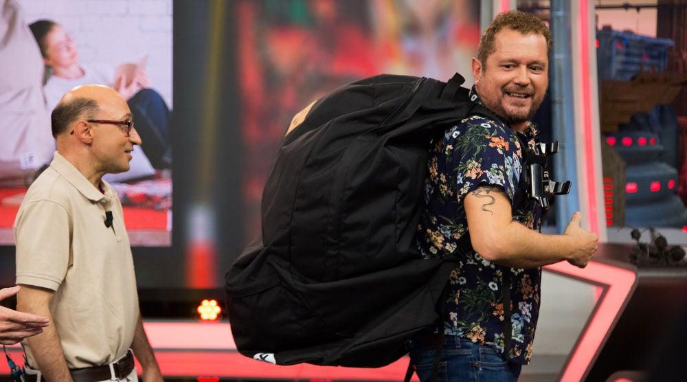 El Monaguillo mete a Pablo Motos en la mochila más grande del mundo en 'El Hormiguero 3.0'