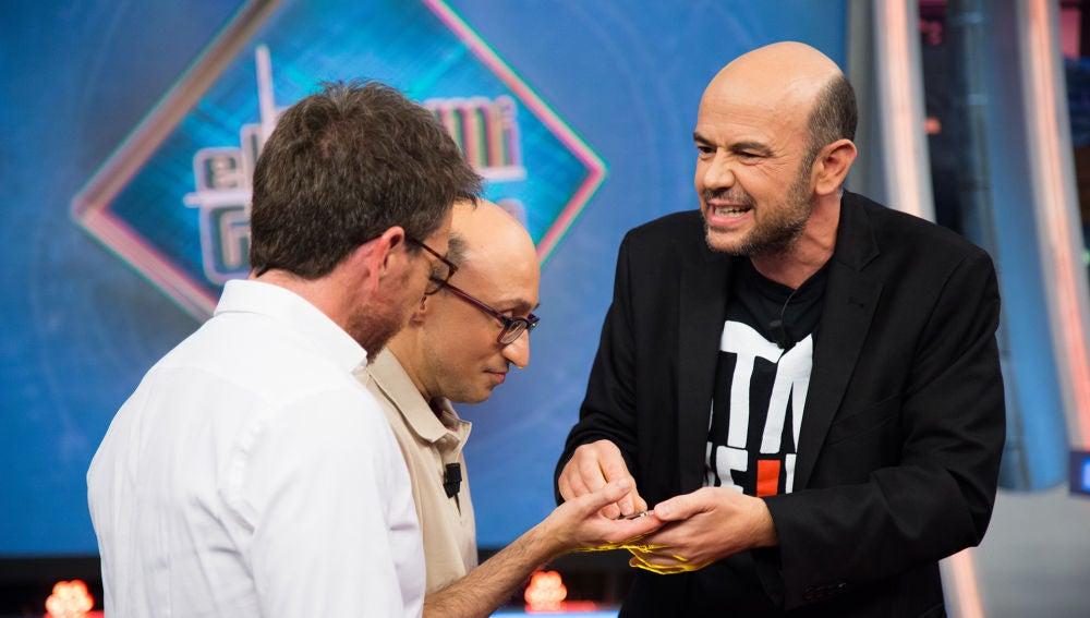 Jandro sorprende a Jesús Vidal en 'El Hormiguero 3.0' con un truco de magia traído de Las Vegas