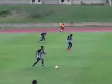 El angustioso instante en que un rayo alcanza a dos futbolistas en pleno partido