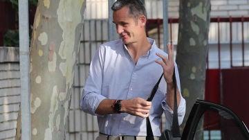 Iñaki Urdangarin a su llegada al voluntariado con la pulsera en la muñeca