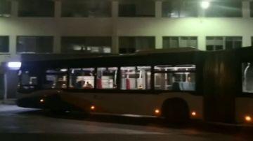 Se pone de parto en un autobús y el chófer conduce hasta el hospital con el resto de pasajeros