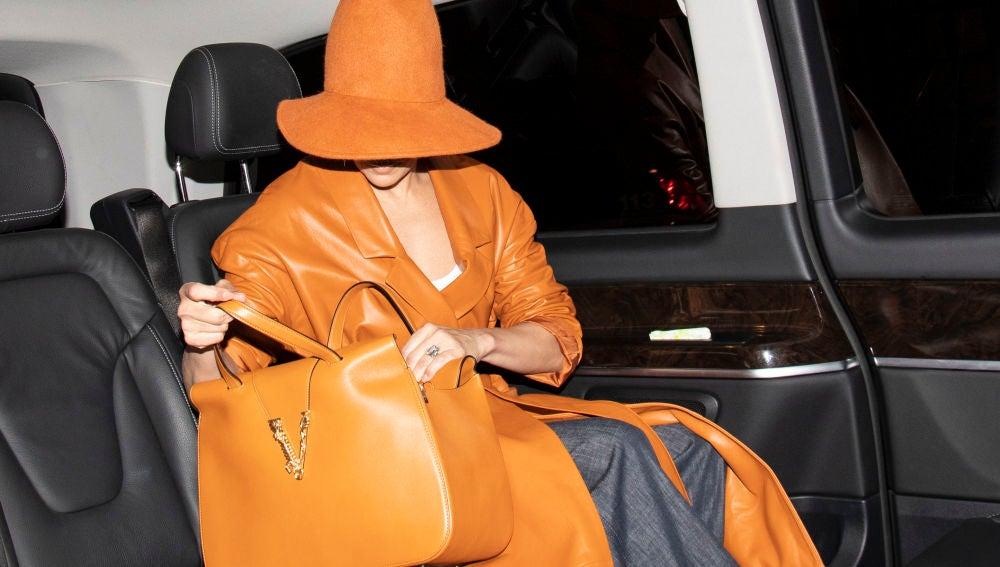 ¿Quién se esconde tras este conjunto tan naranja?