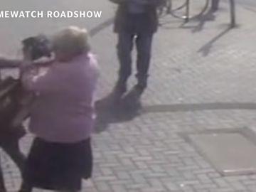 Momento del incidente entre la anciana y la ladrona