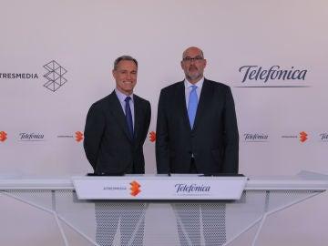 La firma del acuerdo entre Telefónica y Atresmedia
