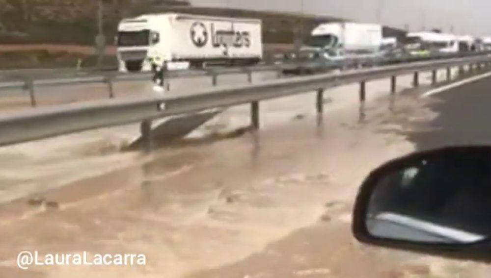Una fuerte tromba de agua inunda la autovía y varias localidades de Zaragoza