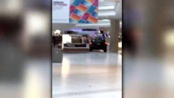 Un todoterreno siembra en un centro comercial a las afueras Chicago