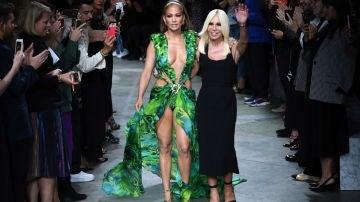 Jennifer López y Donatella Versace en la Semana de la Moda de Milán
