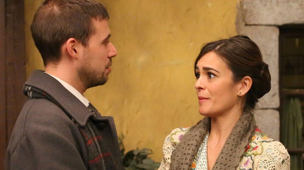 Hipólito y Gracia conversan en la plaza del pueblo de Puente Viejo