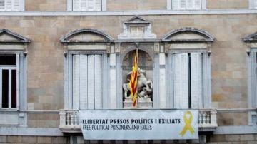 Fachada de la Generalitat con la pancarta de los líderes independentistas