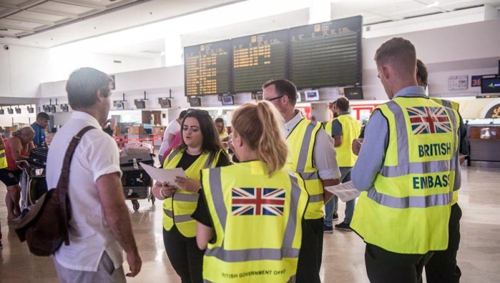 Pasajeros de la aerolínea Thomas Cook en el Aeropuerto de Lanzarote