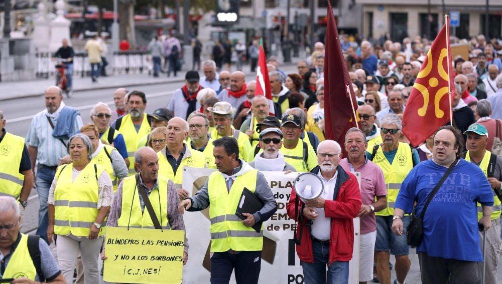 Concentración de pensionistas en Bilbao antes de salir en una marcha hacia Madrid