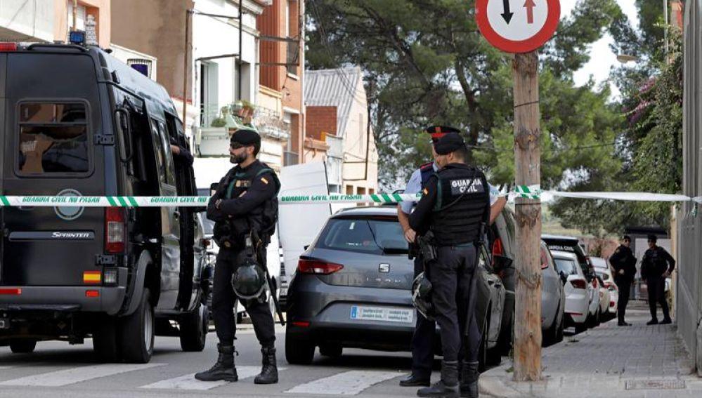 Agentes de la Guardia Civil durante el registro de un domicilio en Sabadell