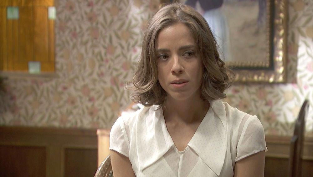 Marta, con el corazón roto, ayuda a su hermana a conquistar a Adolfo