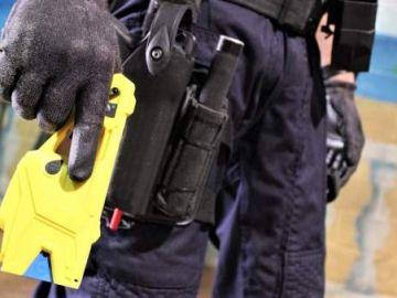 Policía con pistola taser