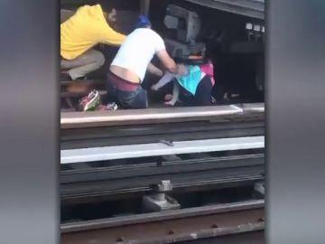 Un hombre se lanza a las vías del metro de Nueva York con su hija de cinco años en brazos