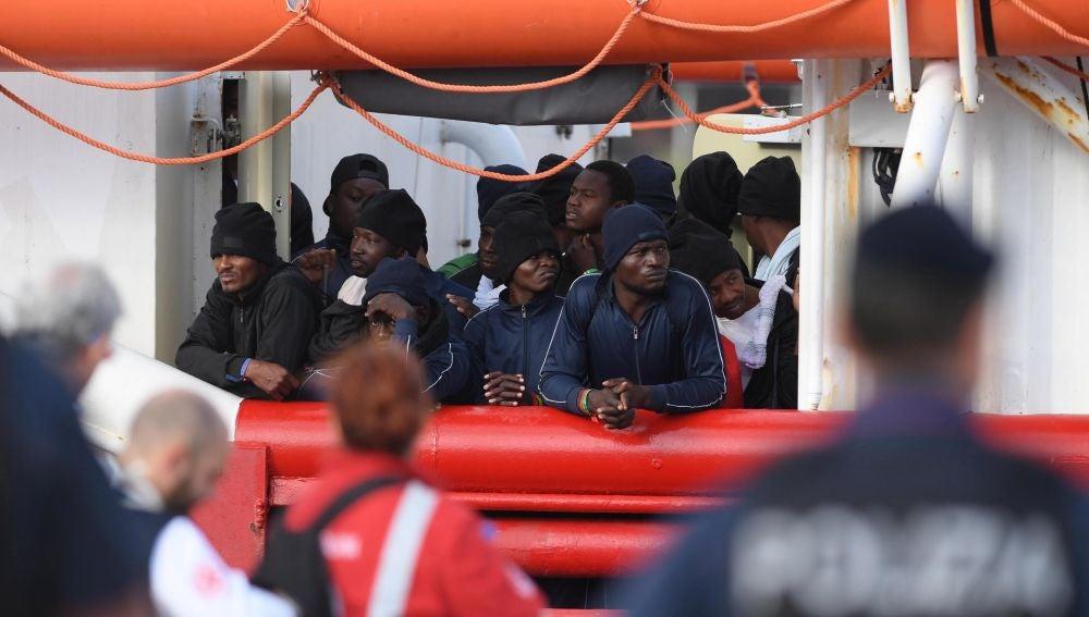 Migrantes a bordo del Ocean Viking