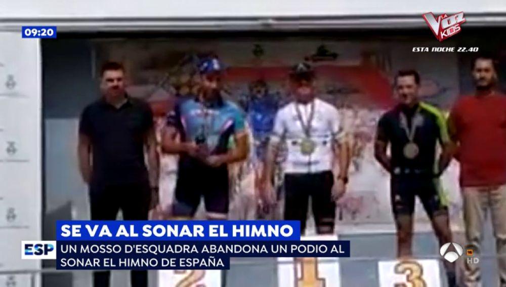 Se va al sonar el himno de España