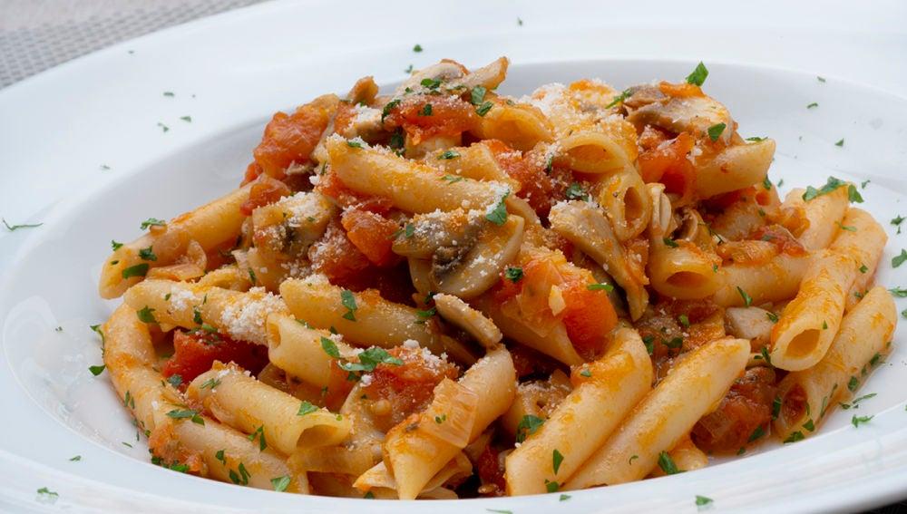 Macarrones con compota de tomate y champiñones