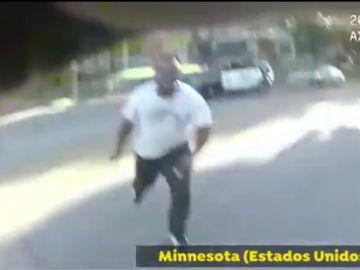Momento en el que el policía dispara al hombre
