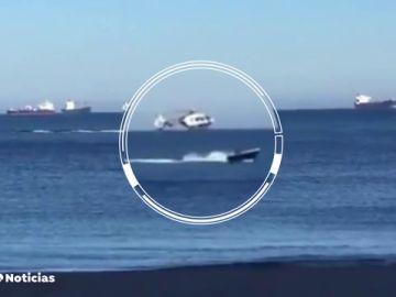 El momento en el que un helicóptero de la Policía persigue a una narcolancha en el Campo de Gibraltar