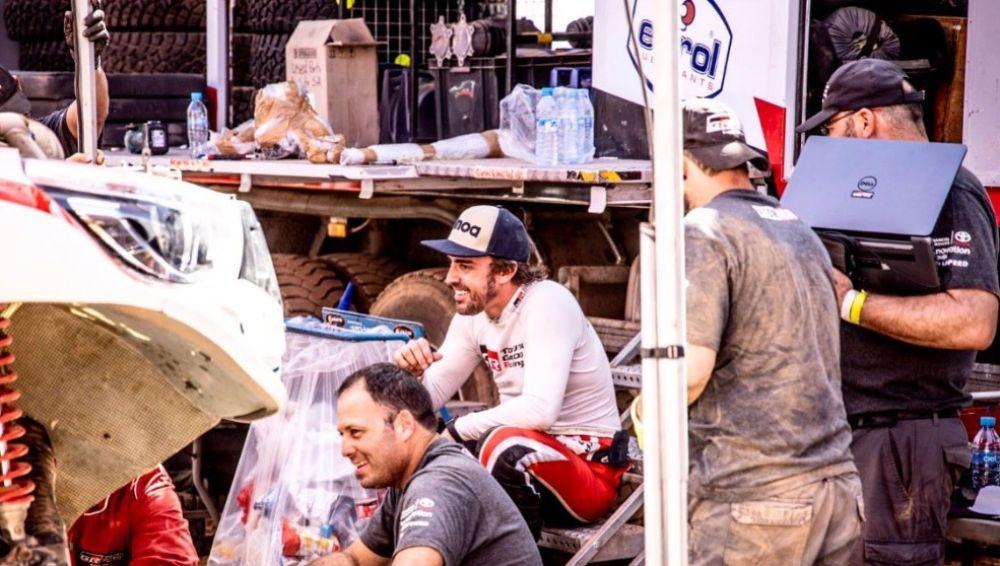 Fernando Alonso sonríe tras el incidente sufrido en la etapa 3 del Rally Marruecos