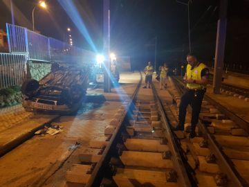 Un conductor huye de la policía y vuelca en las vías del tren en Alicante