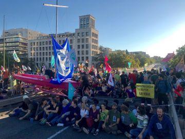 Activistas cortan la Castellana