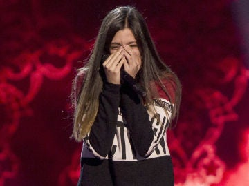 Elena Aguallo deja de cantar por los nervios tras ver girarse a Rosario Flores
