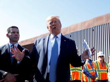 Donald Trump junto al muro en la frontera con México
