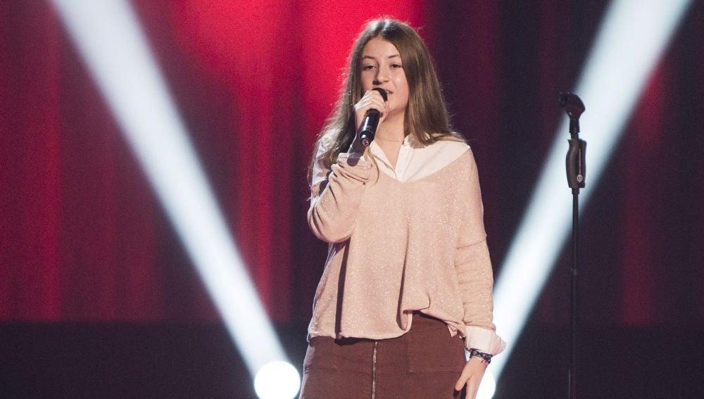 Adriana Tonda dedica a los coaches la canción 'Procuro olvidarte' en 'La Voz Kids'