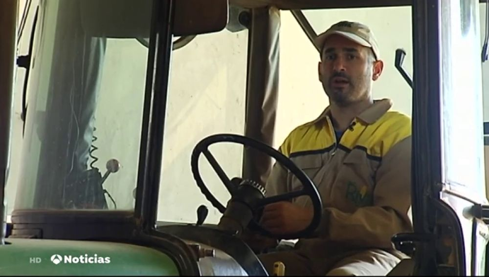 Un investigador, obligado a cambiar la bata de laboratorio por las herramientas de agricultura