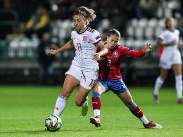 Alexia Putellas se marcha de una jugadora checa