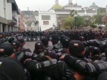 Policías antidisturbios rezan el padrenuestro antes de intervenir contra miles de manifestantes en Ecuador