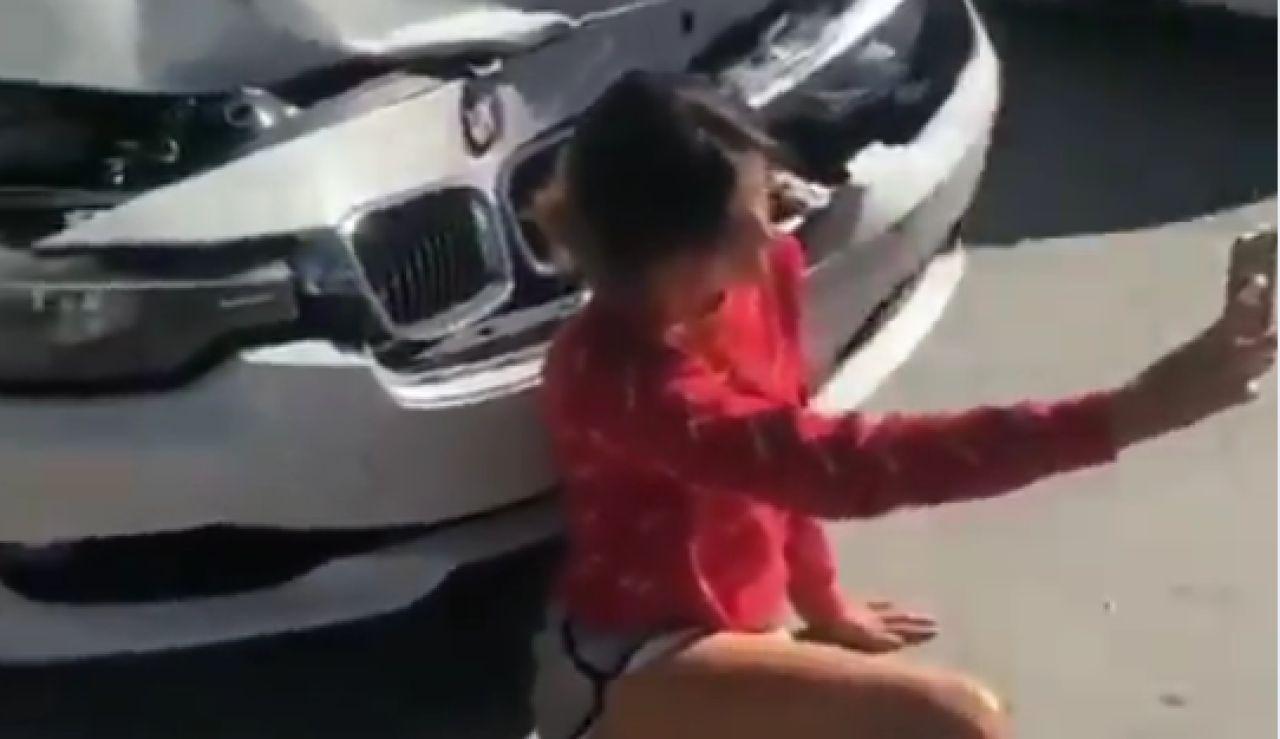El temerario 'selfie' de una joven tras haber sufrido un accidente de tráfico