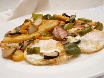 Patatas con tomate y huevo frito