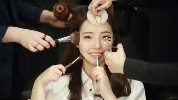 Coreana maquillándose