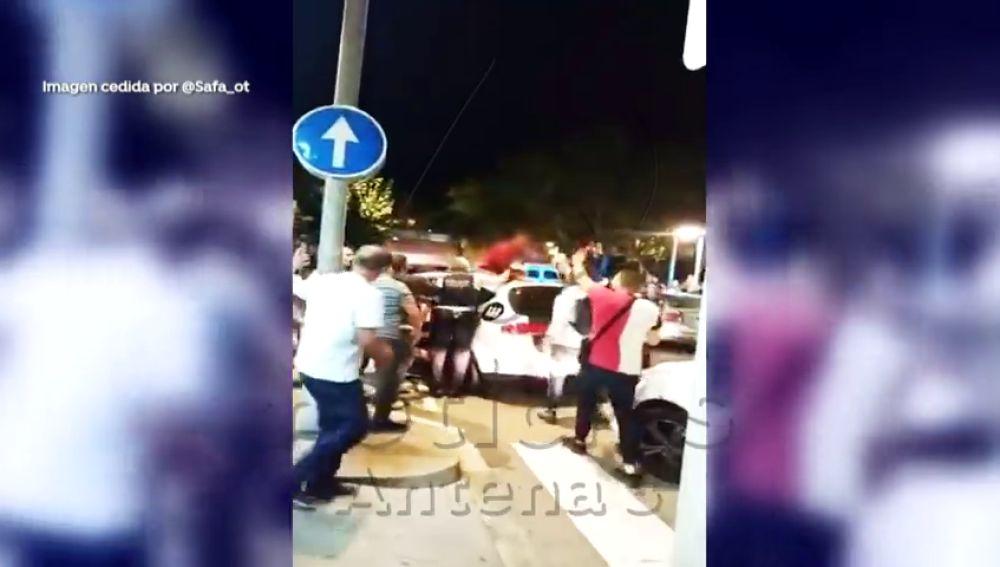 Un detenido en Barcelona rompe la ventanilla del coche patrulla, se sube al capó y la emprende a patadas