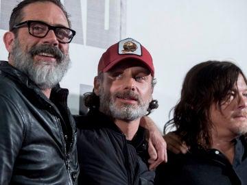 Jeffrey Dean Morgan junto a Andrew Lincoln y Norman Reedus