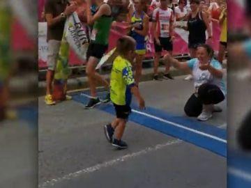 Un niño con parálisis logra terminar una carrera levantándose de su silla