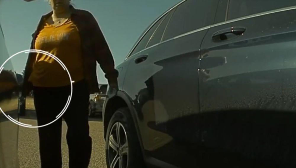 La mujer rayando el coche