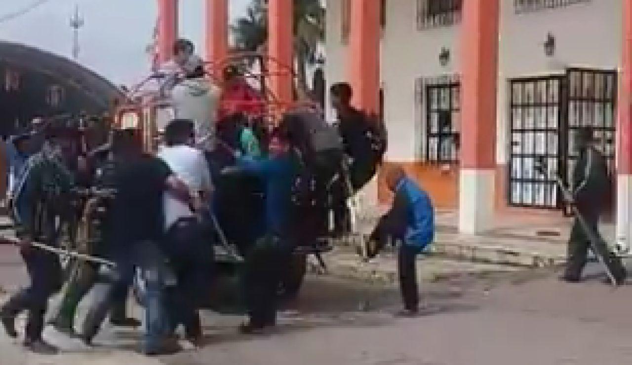 Atan a una camioneta y arrastran por el asfalto a un alcalde de México por no llevar a cabo lo prometido en campaña